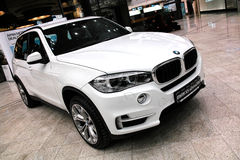 Biały BMW X5 w sala wystawowej zdjęcia stock