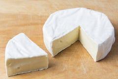 Biały brie ser na kuchennej desce obraz stock