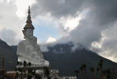 Biały buddhism medytaci architektura z tło górą i fotografia stock