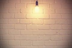 Biały ceglany pokój z żarówką - rocznik obrazy stock