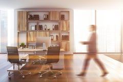 Biały ceo biuro, drewniany bookcase, mężczyzna zdjęcie stock