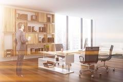 Biały ceo biuro z kanapą, mężczyzna obrazy stock