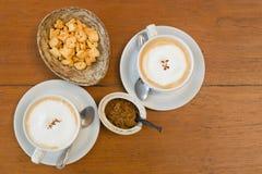 Biały ceramiczna filiżanka kawy i listowi Ciastka obraz royalty free