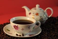 Biały, ceramiczny kawa set, piec kawowe fasole, czerwony tło fotografia stock