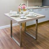 Biały ceramiczny puchar na drewnianym stole zdjęcia stock