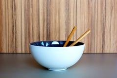 Biały ceramiczny puchar na drewnianym tle zdjęcia royalty free