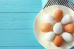 Biały ceramiczny talerz z ciężkimi gotowanymi jajkami fotografia royalty free
