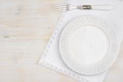 Biały ceramiczny talerz z rozwidleniem nad placemat na drewnianym stole fotografia stock