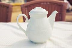 Biały ceramiczny teapot na stole w selekcyjnej ostrości zdjęcia royalty free