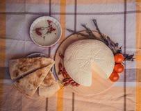 Biały chałupa ser z czereśniowymi pomidorami, czerwonego chili pieprzem i ziele, Średniorolny ser na bielu talerzu, nieociosany d Obraz Stock