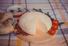 Biały chałupa ser z czereśniowymi pomidorami, czerwonego chili pieprzem i ziele, Średniorolny ser na bielu talerzu, nieociosany d Fotografia Royalty Free