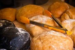 Biały chleb i czarny ciabatta zdjęcia stock