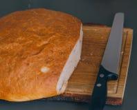 Biały chleb i nóż na stole zdjęcie stock
