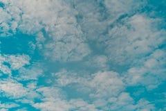 biały chmurny i niebieskie niebo fotografia royalty free