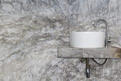 Biały chrom na szarej lolf betonowej ścianie i basen zdjęcia stock