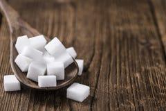 Biały cukier na drewnianym tle (selekcyjna ostrość) Zdjęcia Royalty Free
