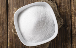 Biały cukier na drewnianym tle (selekcyjna ostrość) Obrazy Royalty Free