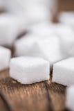 Biały cukier na drewnianym tle (selekcyjna ostrość) Zdjęcie Stock