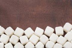 Biały cukier przerafinowywający i granulujący w sześcianach, zdjęcie stock