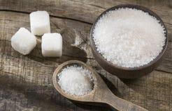 Biały cukier w drewnianym pucharze i łyżce - sześciany zdjęcia royalty free