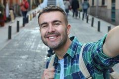 Biały człowiek bierze selfie outdoors obrazy royalty free