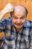 Biały człowiek gniewny i puknięcia na głowie z jego pięścią Zdjęcia Stock