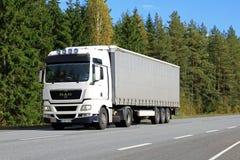 biały człowiek TGX 18 440 ciężarówka na drodze Semi Obraz Stock
