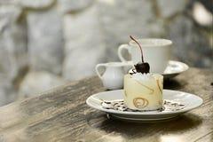Biały czekoladowy tort z kawą Obraz Royalty Free