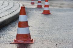 Biały czerwony ruchu drogowego rożek na mokrej drodze fotografia royalty free