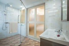 Biały czysty Hotelowy bathrom dzień Zdjęcia Stock