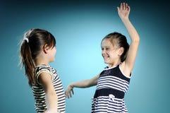 biały dancingowi radośni bliźniacy zdjęcie stock