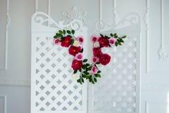 Biały delikatny dekoracyjny drewniany panel w klasycznym wnętrzu Boudoir ślubny pokój Retro falcowanie ekran z kwiatami zdjęcie stock