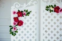 Biały delikatny dekoracyjny drewniany panel w klasycznym wnętrzu Boudoir ślubny pokój Retro falcowanie ekran z kwiatami obraz stock