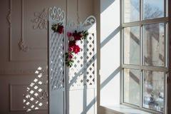Biały delikatny dekoracyjny drewniany panel w klasycznym wnętrzu Boudoir ślubny pokój Retro falcowanie ekran z kwiatami obraz royalty free