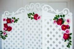 Biały delikatny dekoracyjny drewniany panel w klasycznym wnętrzu Boudoir ślubny pokój Retro falcowanie ekran z kwiatami fotografia royalty free