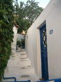Biały depresja dom z błękitnym drzwi zdjęcia stock