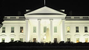 Biały dom przy nocą