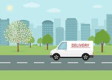 Biały doręczeniowy samochód dostawczy na miasta tle Zdjęcia Royalty Free