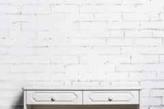 Biały dresser na białym ściana z cegieł Obrazy Stock