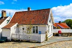 Biały drewniany dom z dachówkowym dachem Obraz Stock