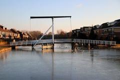 Biały drewniany drawbridge w centrum wioski Nieuwerkerk aan melina IJssel nad ringowym kanałem Zuidplaspolder z lodem w mo zdjęcia royalty free
