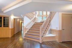Biały drewniany korytarza wnętrze akcentował z pięknym schody zdjęcie stock