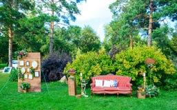 Biały drewniany siedzenie dekorujący dla poślubiać obrazy stock
