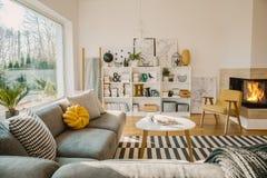 Biały drewniany stojak z książkami, dekoracjami, świeżymi roślinami i simp, zdjęcia stock
