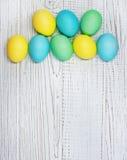 Biały drewniany tło z barwionymi jajkami dla powitania Pojęcie Zdjęcie Royalty Free