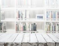 Biały drewniany tekstury tabletop na plamy bibliotece fotografia stock