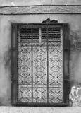 Biały drewniany zamykający okno za dokonanymi stalowymi pręt zdjęcie royalty free