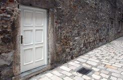 Biały drzwi na rujnującej ścianie Fotografia Royalty Free