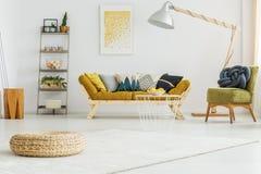 Biały dywan w żywym pokoju fotografia royalty free