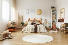 Biały dywanik w sypialni zdjęcie stock